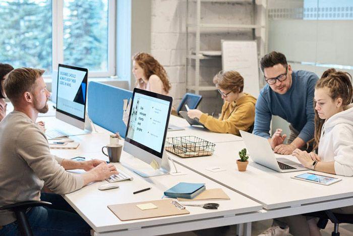 aplikasi erp berbasis web vs desktop